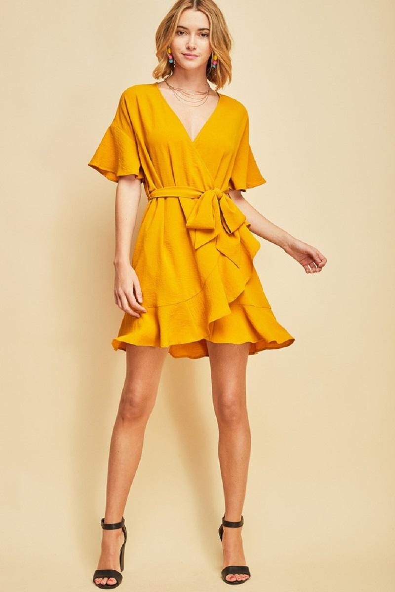 Váy wrap tông màu vàng nổi bật